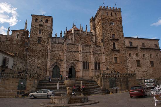 Real Monasterio De Santa María De Guadalupe: La fachada morisca del monasterio