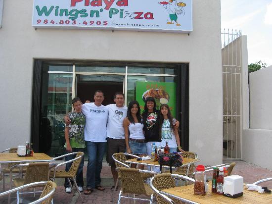 Playa Wings n' Pizza : Une photo prise avec la famille et les personnels.