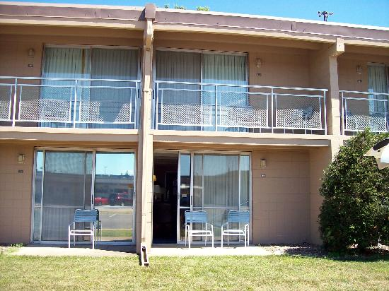 Americas Best Value Inn - Campus View: Patios and Balconies
