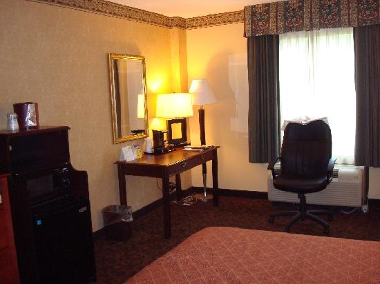 Best Western Plus Towson Baltimore North Hotel & Suites: Fridge/microwave, desk, chair, window