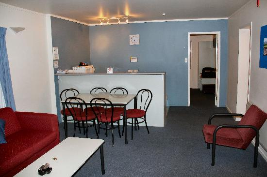 Fenton Court Motel: Living and dining area