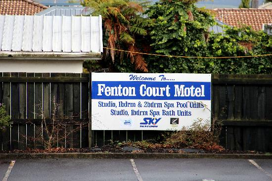 Fenton Court Motel: Fenton Court welcome sign