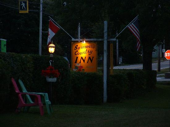 Summer's Country Inn : Sign at dusk