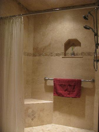 Crater Lake Bed and Breakfast: Bathroom