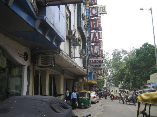 Hotel Chanchal Continental: ホテル付近。みな同じようなビジネス用ホテル(欧米人の旅行者もけっこう利用)が立ち並ぶ