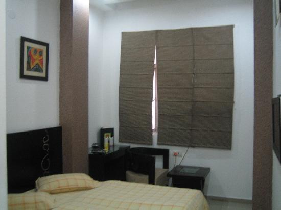 Hotel Chanchal Continental: ブラインドを上げると隣の汚い外壁。下を覗くと路地