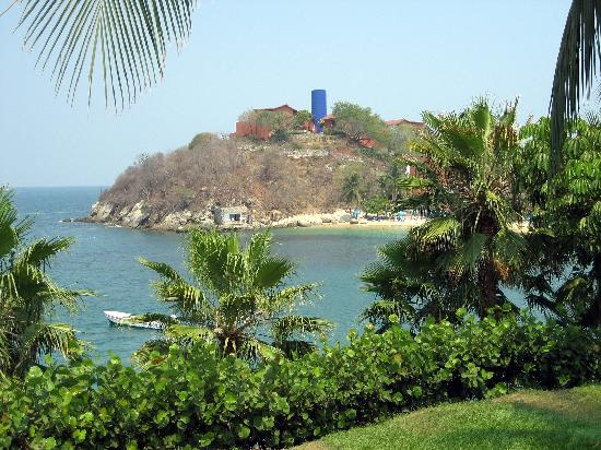 Las Brisas Huatulco: view of the bay and section we stayed in on top of the hill overlooking ocean