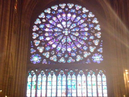 Catedral de Notre Dame: Sun through stained glass