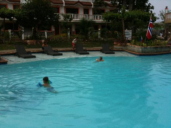 Mactan Island, Filippinerna: Kids Swimming.