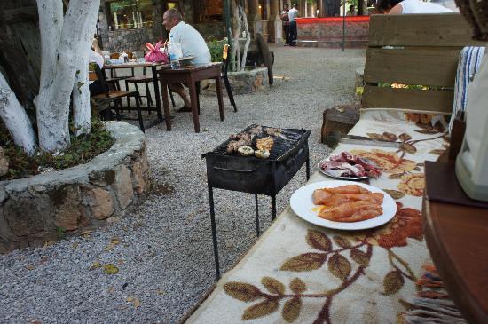 Cinbal Restaurant: BBQing