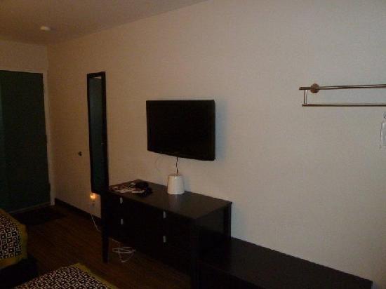 Park Lane Suites & Inn: desk and TV