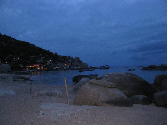 Family Tanote Bay Resort: The bay at night
