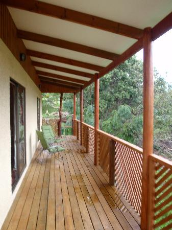 Chez Steve Residencia Kyle Mio: Spacious balcony with comfy chairs