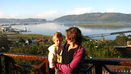 ‪هاميلتون مانور: My wife and son on the balcony of our room at paradise house in Knysna‬