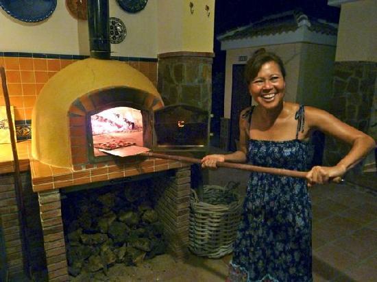 Finca Sonrisa: Joan baking pizza's in the wood oven