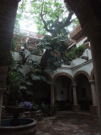 Hotel Los Arcos: Courtyard