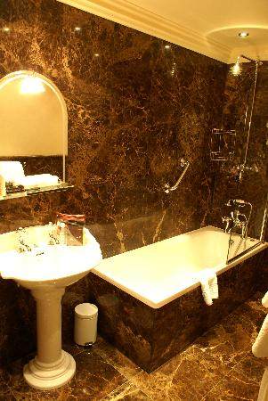 Another Place, The Lake: Bathroom at Rampsbeck Hotel