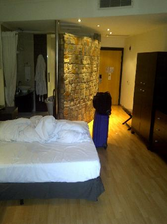 Leadway Hotel, Ikeja: Room and bathroom