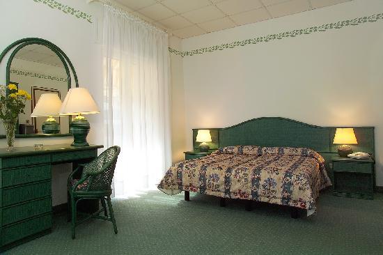 Hotel Diana: A room