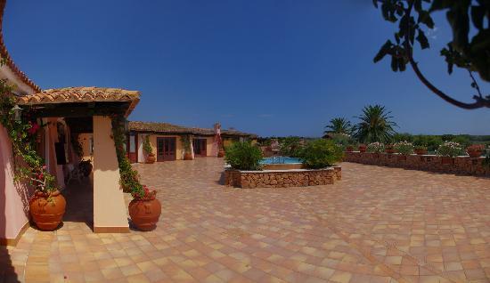 I Giardini di Cala Ginepro Hotel Resort: Ingresso del villaggio