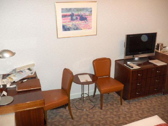 โรงแรมเดอะปรินท์ พาร์ค โตเกียว: A desk, TV, a couple of chairs -- all a guy needs for his office-away-from home.