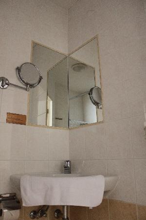 Ambassador City Centre Hotel : Bathroom1
