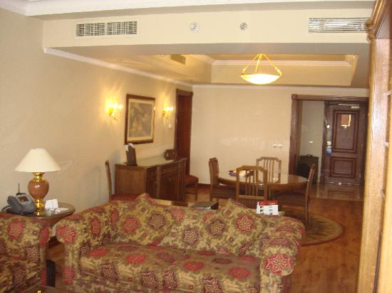 Hilton Cairo Zamalek Residences: Suite living room