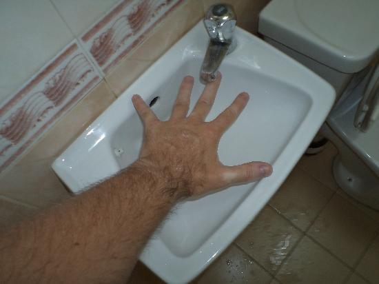 Heeren Inn: SMALL sink