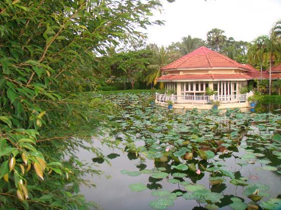Sofitel Angkor Phokeethra Golf and Spa Resort: Un des restaurants, depuis la passerelle