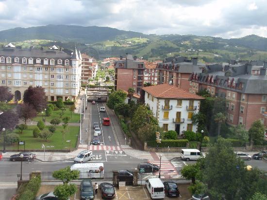 Hotel Zarauz : Vue sur les montagnes (parking en-dessous)