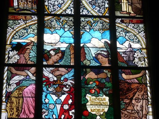 Cathedral of St. Barbara: 教会内のステンドグラス