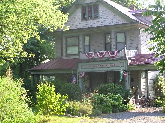 Manassas Junction Bed and Breakfast: Front of the B & B