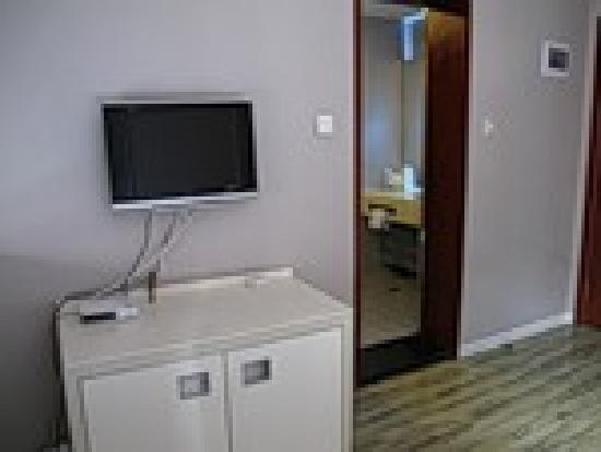 Modern Hotel: Room