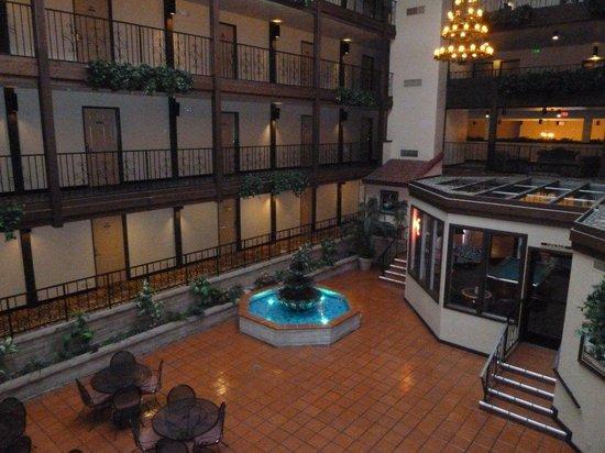 بست ويسترن إل جراندي إن: Indoor dining area and bar/lounge