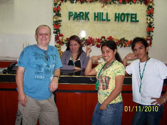Park Hill Hotel Mactan: English Les with some of the night staff
