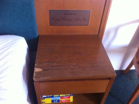 Coopers Colonial Motel: bedside table