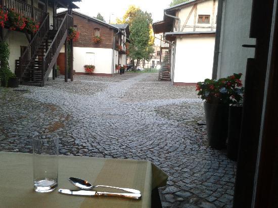 Zagroda Bamberska Hotel: view towards rooms from restaurant