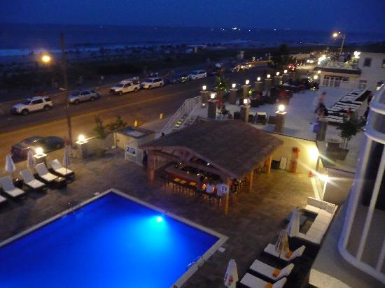 Ocean Club Hotel : Overlooking the pool and bar area at night