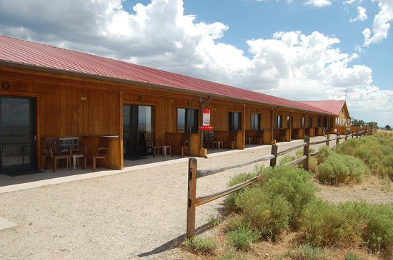 Great Sand Dunes Lodge: Patios at the back of lodge