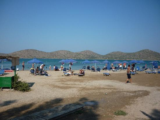 Emilia Apartments: Municipal beach at Elounda