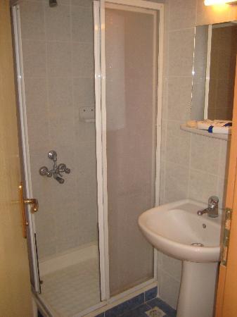 Arikan Inn : Bathroom, a litte worn down, but clean!