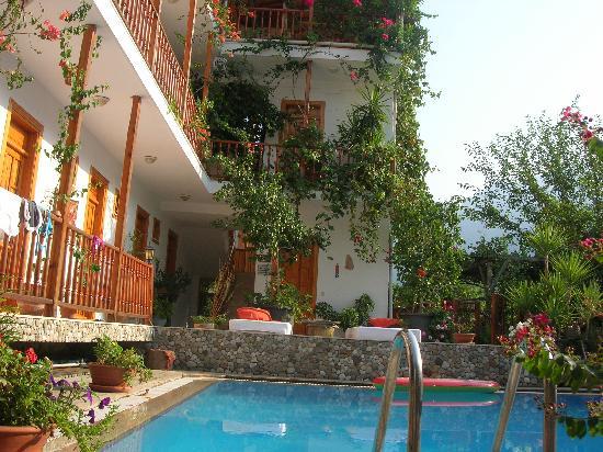 Hotel Beydagi Konak: The pool area.