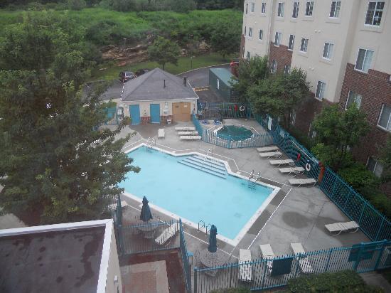 HYATT house White Plains: Great out door pool.