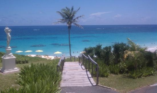 Coco Reef Resort Bermuda: View of the beach from the hotel