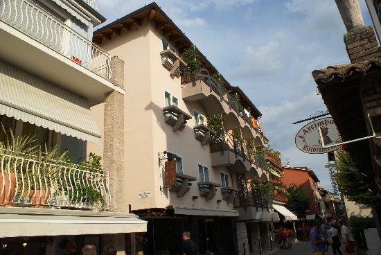 Hotel Mavino: Hotel von der Rückseite zum See hin