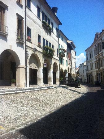 BEST WESTERN Hotel Canon d'Oro: street outside hotel