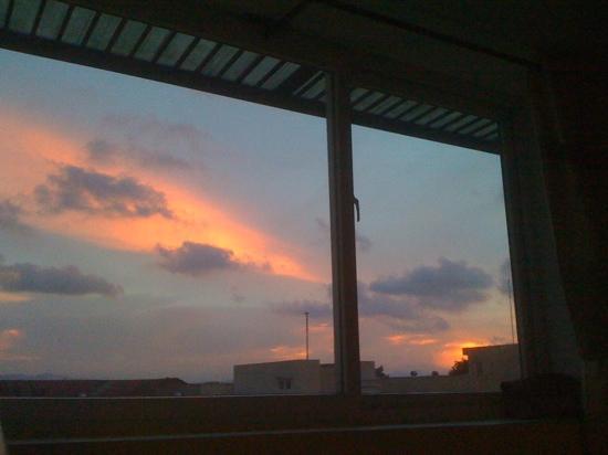 DMZ Hotel: avond vanuit hotelraam
