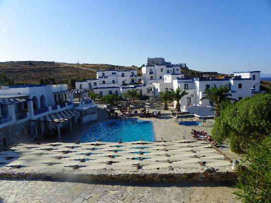 Faros Resort: Shot of the pool and rooms