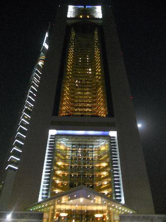 Jumeirah Beach Hotel: Hotel at night