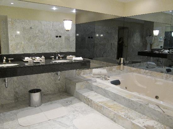 Belmond Miraflores Park: Huge bathroom with jacuzzi tub